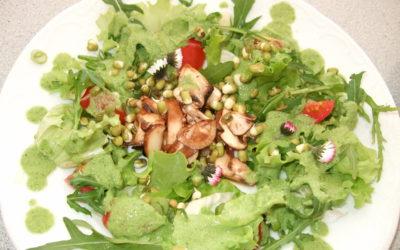 """Frühlingssalat mit marinierten Pilzen und """"grasgrünem Dressing"""""""