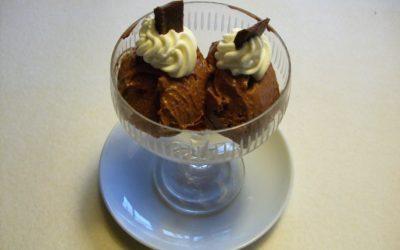 Schokoladen-Eisrezept mit Zucchinisahne-Häubchen
